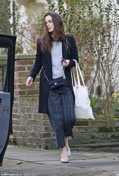 Keira Knightley enjoys family day with James Righton and sweet Edie Keira Knightley Casual, Estilo Keira Knightley, Keira Knightley Style, Casual Chic, Fashion Pants, Fashion Outfits, Women's Fashion, Fashion Trends, Checked Trousers