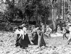 Here are some amazing pictures showing early sporting life in Ireland. A bicycle race in the Peoples Park, Waterford, 1901 A fishi. Historical Women, Historical Photos, Vintage Photographs, Vintage Images, 1800s Fashion, The Good Old Days, Otters, Vintage Beauty, Picture Show
