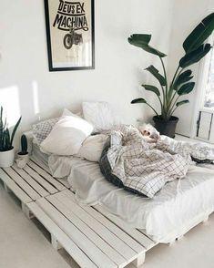 Comment faire un lit en palette – B Cozy Bedroom, Bedroom Inspo, Home Decor Bedroom, Bedroom Ideas, Bedroom Curtains, White Bedroom, Bedroom Designs, Summer Bedroom, Trendy Bedroom