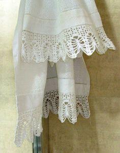 Cortina de hilo en color beige con dos cenefas de - Puntillas para cortinas ...