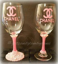 Wedding Wine Glasses, Diy Wine Glasses, Decorated Wine Glasses, Painted Wine Glasses, Wine Glass Crafts, Wine Bottle Crafts, Bling Bottles, Tumblers, Custom Bottles