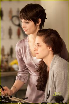 The Twilight Saga: Breaking Dawn - Part I ~ Alice Cullen (Ashley Greene) and Bella Swan (Kristen Stewart) Doing Bella's make-up and hair before the wedding. Edward Bella, Edward Cullen, Twilight Film, Die Twilight Saga, Twilight Breaking Dawn, Twilight Wedding, Vampire Twilight, Ashley Green, Alice Cullen