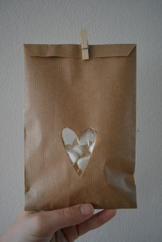 Kraft paper favor bags with a heart window in a bundle of 100 with cellophane bags --- Give away's, art deco wedding or wedding favors door SierGoed op Etsy