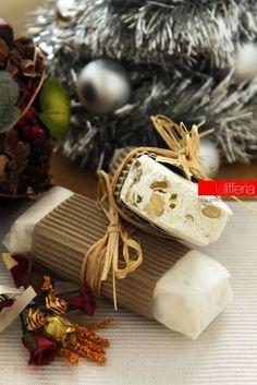 """Deborah Effe del blog """"la Lifferia"""" ha preparato questo delizioso #torrone morbido (soft nougat) adatto a tutti! #ricetta #GialloZafferano #Natale #Christmas http://speciali.giallozafferano.it/regali-da-mangiare"""