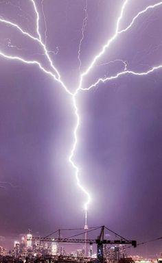 Lightning Storms, Lightning Strikes, Lightning Bolt, Crazy Photos, Strange Photos, Cool Pictures, Lightning Photos, Light Em Up, Tornados