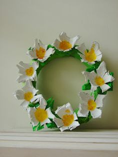 Egg Carton Daisy Wreath Craft. Bloemetjes knutselen van eierdoos met kinderen