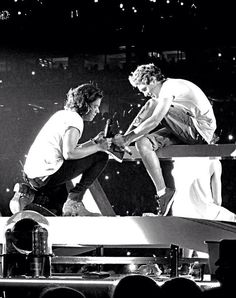 Harry tying Niall's shoe is the most adorable thing I have ever seen