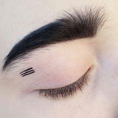 Avant-garde makeup / creative makeup / artistic makeup / fashion / geometric / minimalist / black