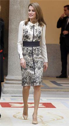 Letizia Ortiz con un vestido abrigo estampado