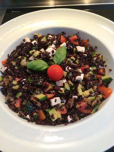 Insalata di riso venere con zucchine saltate pomodorini e mozzarella