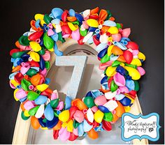 Una colorida corona para un cumpleaños especial, ¡de globos sin inflar! / A colourful wreath to decorate a special birthday, made with uninflated balloons!