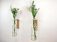 Tuto: des bouteilles en verre relookées en vases muraux design