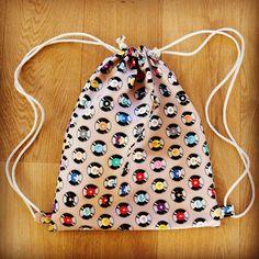 Die schönsten Geschenke sind selbst gemacht! Überrasche deine Liebsten mit einem selbst genähten Turnbeutel. Bei über 2000 Stoffen ist für jede(n) das richtige dabei! #diy #geschenk #selbst #selber #nähen #geschenkidee #selbstgemacht #selbermachen #turnbeutel #anleitung für #anfänger #einfach #festival #festivalbag #raverbag Sewing Kit, Hand Sewing, Handicraft, Drawstring Backpack, Hand Embroidery, Quilts, Creative, Handmade, Bags