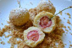 Topfenknödel mit Obst zB Kirschen, Marillen oder Erdbeeren