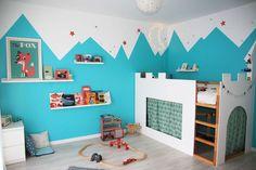 Une chambre d'enfant joyeuse et originale, avec un lit château perché dans les montagnes… Lit cabane, lit château, chambre enfant, lit kura, kurahack, kura bed, chambre garçon, peinture montagnes, kid room
