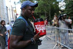 """Manifestation à New York (Etats-Unis) pour protester contre la proposition du maire de la ville, Michael Bloomberg, d'interdire la vente de sodas """"king-size"""", le 9 juillet 2012. SPENCER PLATT"""