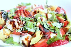 Rezepte mit Herz   ♥: Caprese Salat - mit Erdbeeren und Avocado ♡