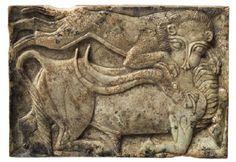 Λιοντάρι επιτίθεται σε ταύρο· παράσταση σε πλακίδιο από ελεφαντόδοντο. 14ος-13ος αιώνας π.Χ. Μυκήνες. Εθνικό Αρχαιολογικό Μουσείο. Archaeology, Lion Sculpture, Statue, Art, Art Background, Kunst, Performing Arts, Sculptures, Sculpture