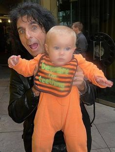 20 Hilarious (And Often Adorable) Photos of Debauched Rock Stars With Cute Kids Alice Cooper, Alice Sweet Alice, Hello Sweetie, The Greatest Showman, Black Sabbath, Hard Rock, A Good Man, Cute Kids, Bands