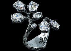 Jewellery Theatre 'Eden' Ring. 18K white gold, 1 pear diamond 1,03-1,06 ct, 1 pear diamond 1,0-1,03 ct, 1 pear diamond 0,97-1,0 ct, 1 pear diamond 0,95-0,98 ct, 1 oval diamond 0,49-0,52 ct, 1 oval diamond 0,38-0,41 ct, 56 diamonds 0,6-0,63 ct.