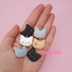 Made entirely by hand in polymeric clay. Polymer Clay Figures, Polymer Clay Animals, Polymer Clay Projects, Fimo Kawaii, Kawaii Cat, Polymer Clay Kawaii, Polymer Clay Charms, Fimo Clay, Clay Keychain
