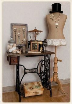 22 Reuse and Recycle Ideas to Create Small Tables with Vintage Sewing Machines Vintage Möbel, die alte Nähmaschinen recyceln Vintage Sewing Rooms, Diy Vintage, Vintage Sewing Notions, Vintage Sewing Patterns, Sewing Ideas, Vintage Ideas, Sewing Projects, Sewing Room Decor, Vintage Vignettes