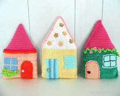 Kat Kat Katoen: Yet another house. Crochet Gifts, Diy Crochet, Crochet Toys, Cute Pillows, Diy Pillows, Crochet Motif, Crochet Patterns, Beaded Jewelry Designs, Crochet Home Decor
