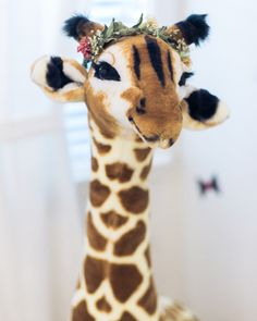 A giraffe in a flower crown is always a good idea for the nursery. Seen in @thestyleeditrix's house.