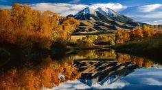 Colores otoñales y Pico del Emigrante en Paradise Valley, Montana, Estados Unidos - Autumn colors and Emigrant Peak, Paradise Valley, Montana, USA.