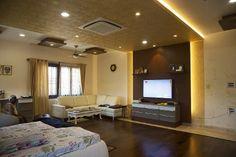 Impressive ceiling dividing living n TV space.