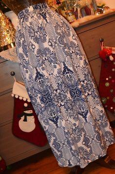 Jako cibulákový porculán je tato dlouhá lehounká sukně, materiál jemný, extra příjemný na nožky a pokožku. Všívaný pevný p...