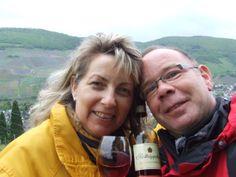Hallo liebes ROTKÄPPCHEN Team, unser romantischer Rotkäppchen Moment fand zum dritten Kennlerntag an der Mosel statt. Wir hatten ein Körbchen mit 2 Weingläsern und Rotkäppchenwein gepackt. Dies haben wir genossen mit Blick auf das Moseltal !!!