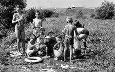 A fürdőzés után kukoricát sütnek a gyerekek az Ipoly-parton, 1960.