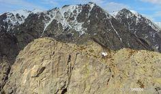 En primer término la cima norte de la Peña de Chilla al fondo las caídas de la zona sur de Gredos