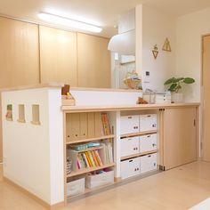 いいね!773件、コメント42件 ― り〜なさん(@riina_8)のInstagramアカウント: 「・ ・ 2017/04/14 ・ ・ リビングからこんばんは☺︎ ・ ・ キッチンカウンターのリビング側収納(3枚引き戸の本棚)に、娘2人の洋服を収納してみました。…」 Kitchen Interior, Storage Design, Room Design, Interior Design Trends, Home Decor, Kitchen Island Design, Home Kitchens, Interior Design Living Room, Kitchen Bar Table