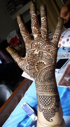 These stuning simple mehndi designs will suits you on every occassion. In Indian culture, mehndi is very important. On every auspicious occasion, women apply mehndi to show the importance of the occasion. Khafif Mehndi Design, Latest Bridal Mehndi Designs, Full Hand Mehndi Designs, Henna Art Designs, Mehndi Designs 2018, Stylish Mehndi Designs, Mehndi Designs For Girls, Mehndi Designs For Beginners, Mehndi Design Photos