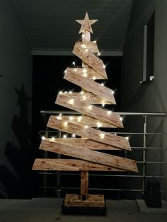 Pallet Christmas Tree, Christmas Wood Crafts, Christmas Tree Painting, Christmas Deco, Xmas Tree, Rustic Christmas, Christmas Projects, Christmas Home, Christmas Lights