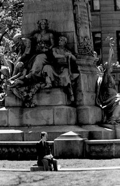 Phillips Square , Montréal, Québec photo by Richard Guimond © 1988 19880506 0034 (3), Nikon F2a 180mm f2.8 Tri-X D-76