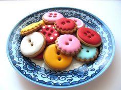 Inspiration: button cookies (no recipe). Fancy Cookies, Cut Out Cookies, Iced Cookies, Biscuit Cookies, Cute Cookies, Royal Icing Cookies, Cookies And Cream, Sugar Cookies, Button Cookies