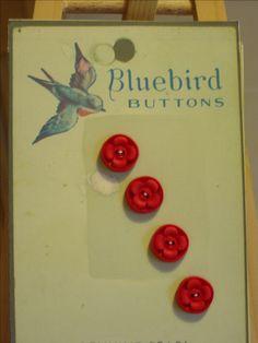 4 rode bloemenknoopjes