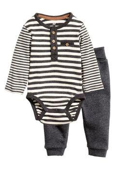 CONSCIOUS. Conjunto de body e calças em jersey macio. Body de mangas compridas com botões na frente, um bolso falso no peito e botões de pressão no entreper 14,99
