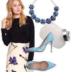 Azzurro e fiori protagonisti: camicetta nera, gonna panna, décolleté celesti, borsa bianca con cintura in gradazioni di grigio e blu, necklace a fiori blu e azzurri.