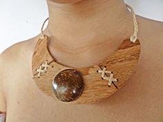 Colar trabalhado em madeira Angelin com detalhe em gema de casca de coco verde e palha da costa do litoral baiano.