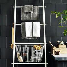 Must have for my bathroom - I love it!  Hvid håndklædeholder, designet som en stige, med kurve med håndklæder og toiletartikler.