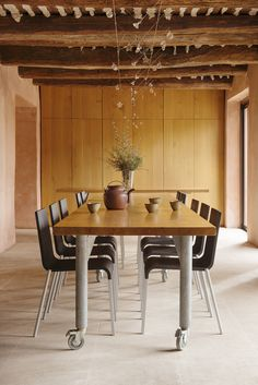 Déco - bruno Suet photographe de deco portrait jardin Dining Room Inspiration, Breakfast Nook, Smart Home, Bruno, Kitchen, Table, Interiors, Ajouter, Portrait