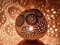 Out of Africa 1 , lampe d'exception en calebasse sculptée : Luminaires par lumo34