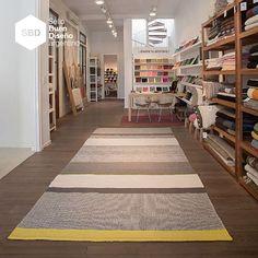 La alfombra que tejimos para el espacio de Mercado Libre en Casa FOA diseñado por Malena Perkins: distintas técnicas de telar combinadas para lograr una alfombra orgánica y super moderna.    #alfombrasamedida #sellobuendiseño #alfombras #hechoamano #lana #ideasdeco #elementosargentinos #deco