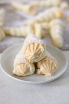 Pumpkin Cream Horns - Light and flaky puff pastry cream horns filled with a creamy whipped pumpkin pie filling inside! Perfect for Thanksgiving!