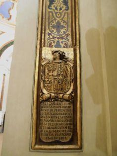 Lápida de lucillo de antigua capilla en el lado del evangelio