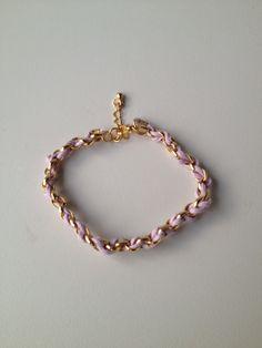 chain bracelet with purple string pulseira de corrente dourada trançada com fio roxo